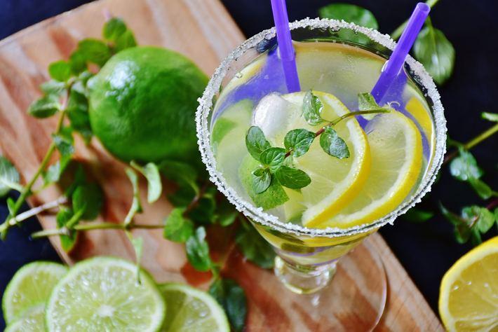 Cóctel con limón servido en copa Martini