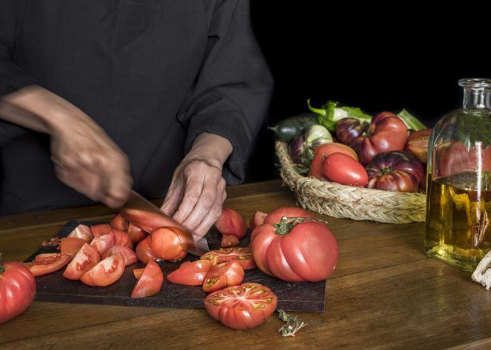Picando tomates para el gazpacho