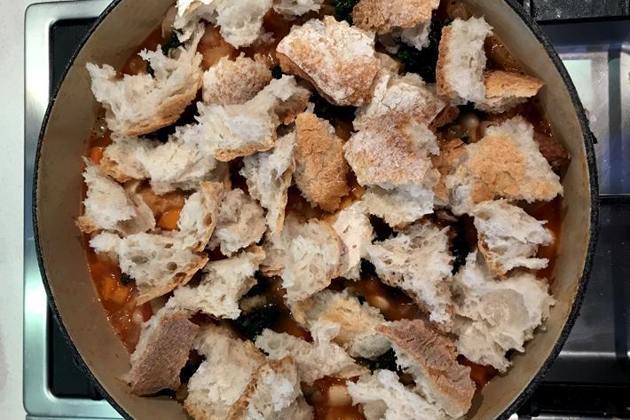 incorporar el pan en la Ribollita